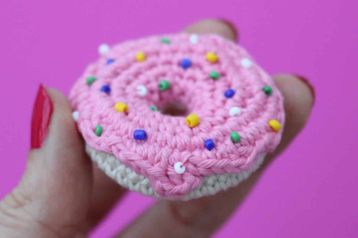 Mini crochet doughnut free crochet pattern | stellasyarnuniverse.com